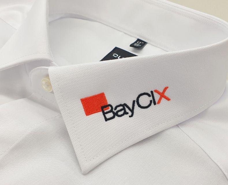 media/image/hemdkragen-besticken-firmenlogo-BayCIX.jpg